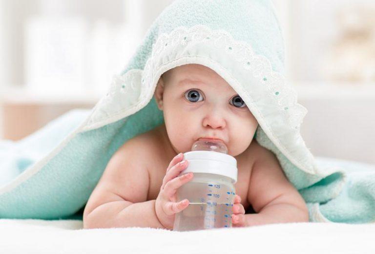 متى يشرب الرضيع الماء وأضرار شرب الرضيع للماء قبل سن المناسب