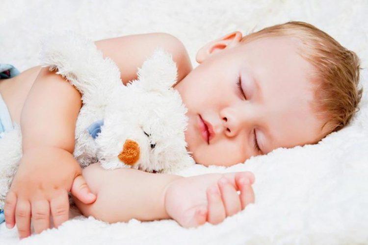 ما أهمية النوم للطفل أثناء الليل؟