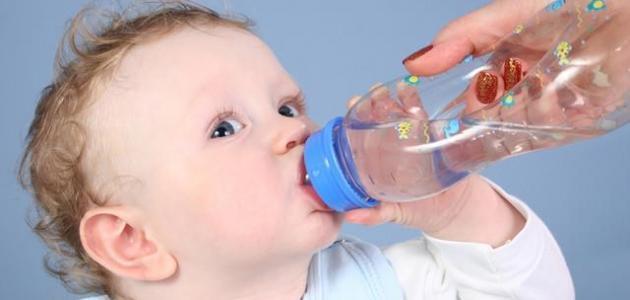 متى يشرب الرضيع الماء وما مقدار كمية الماء التي يجب تناولها؟