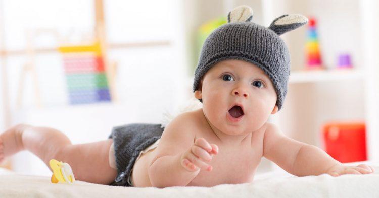 نمو الطفل في الشهر الرابع بدنيًا